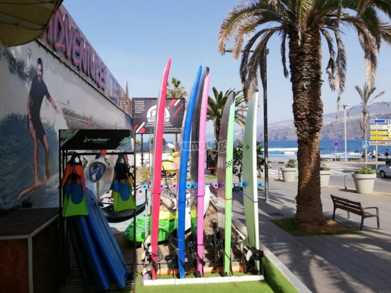 准备在PlayaMartiánez冲浪