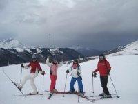 滑雪学校乐趣,而大多数孩子学习