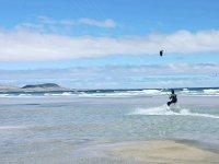 Practicando kitesurf en Famara