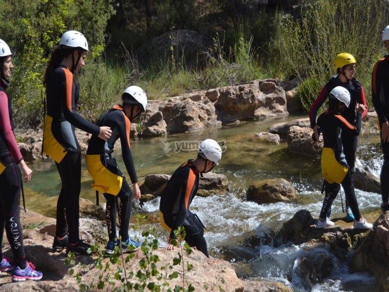 Cruzando las aguas cristalinas del Río Cabriel