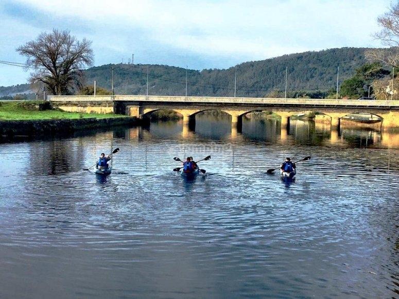Atravesando en kayak el puente de Ponteceso