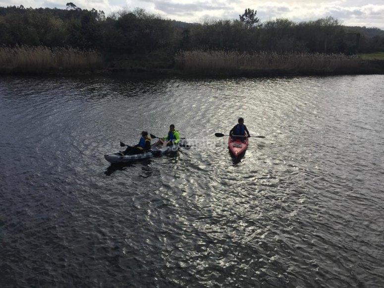 Surca las aguas gallegas subido en canoa