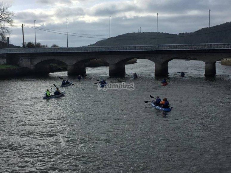 Cruzando el puente de Ponteceso en canoa