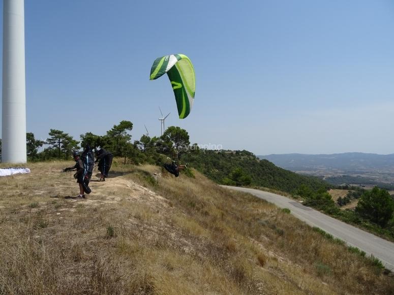 Aterrizando en tierras catalanas después de un vuelo en parapente