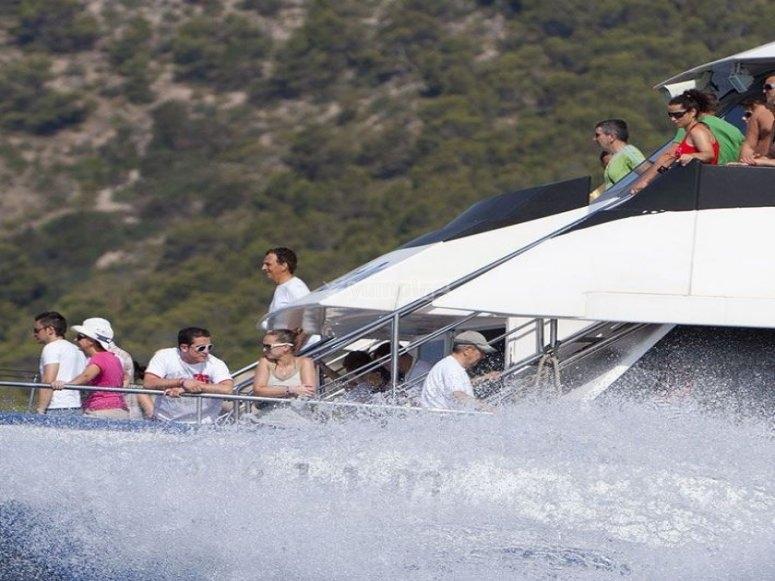 Disfrutando del paseo en barco por Ibiza