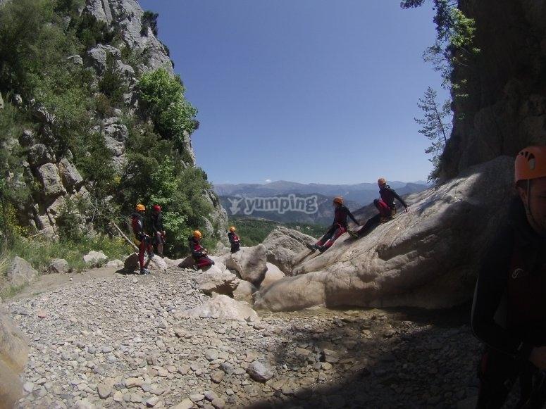 加泰罗尼亚风景在练习峡谷时坠入爱河