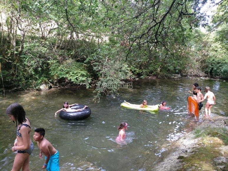 Jugando en el río Udabe