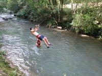 Atravesando el río Udabe en tirolina
