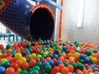 Aterriza en la piscina de bolas