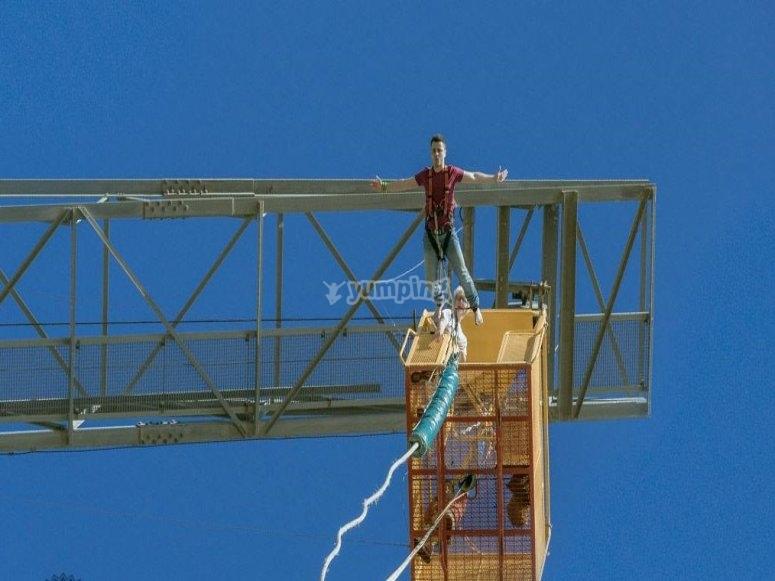 Salto bungee jumping en las alturas de Girona