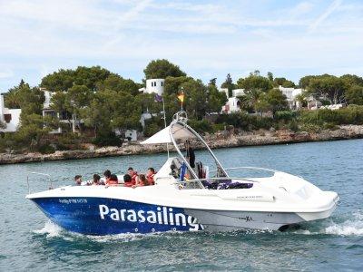 Paseo en barco privado y parasailing Cala d'Or 1 h