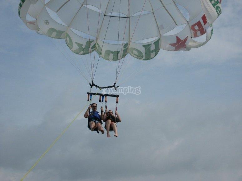 En compañía haciendo parasailing Moraira