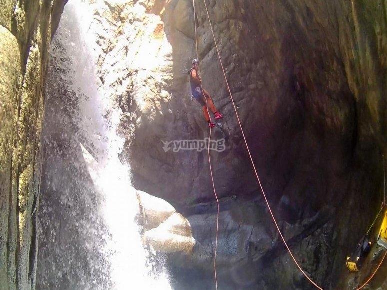 努里亚峡谷中22米的下降坡度