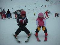 滑雪乐趣和学习为孩子