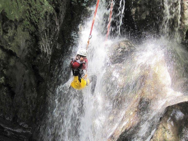 Pratique de la descente en rappel dans le canyon de Papuos