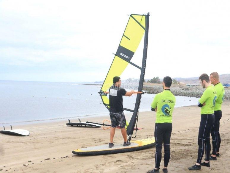 Primeros pasos para windsurf en Gran Canaria