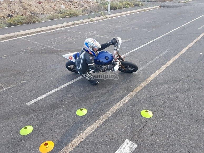 不同年龄的摩托车骑行课程