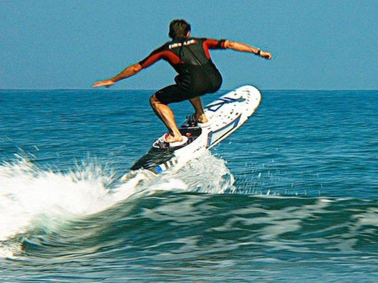 Salti con tavola da surf elettrica a Benalmádena