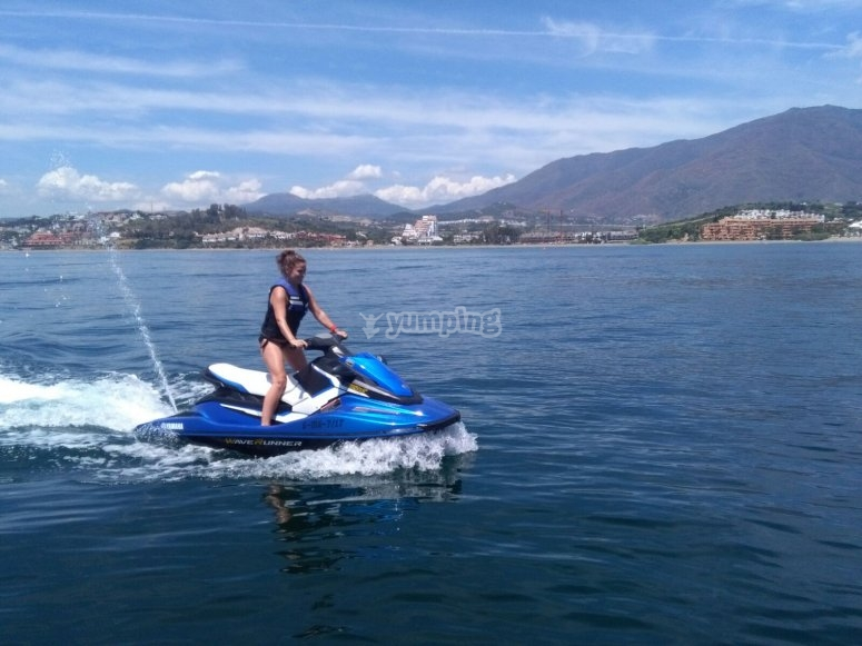 Recorrer el Puerto de la Duquesa en moto de agua