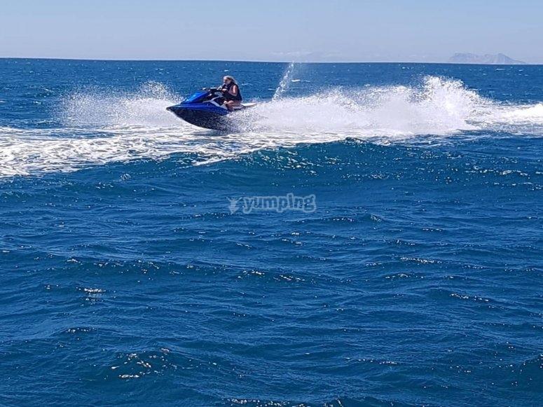 Desafinado a las olas malagueñas en moto de agua