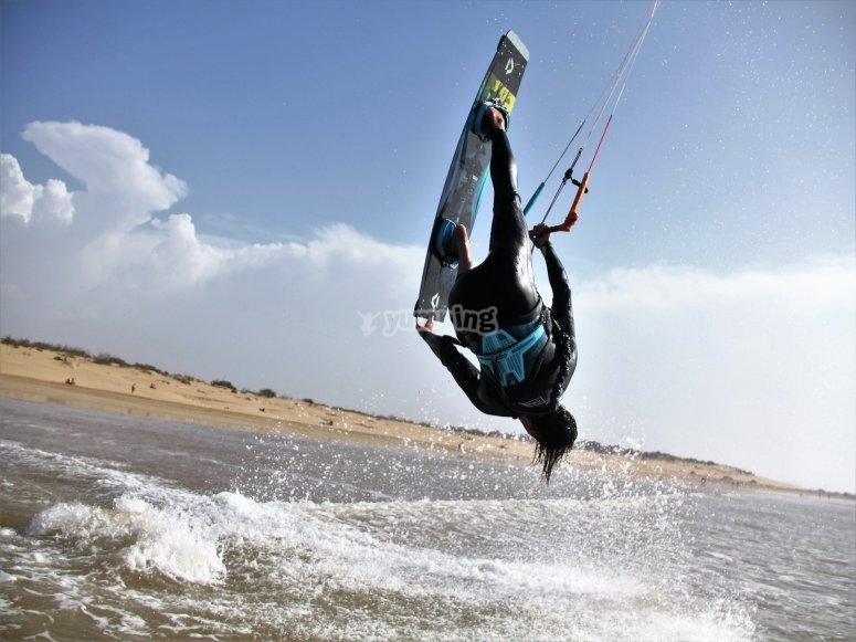 Acrobacia kitesurf en Playa de los Lances