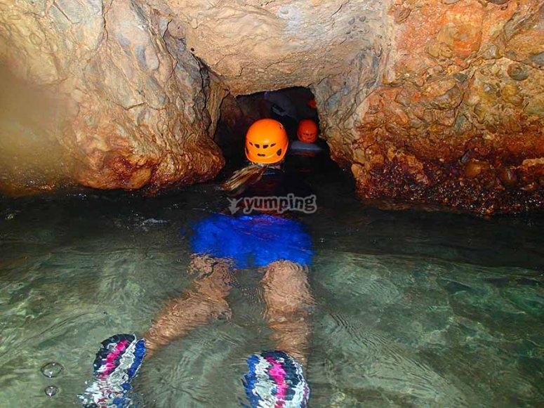 在山洞里进行穿山甲运动