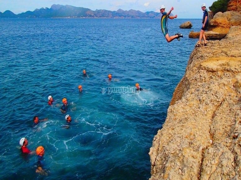 水从普罗旺斯岩石上跳下