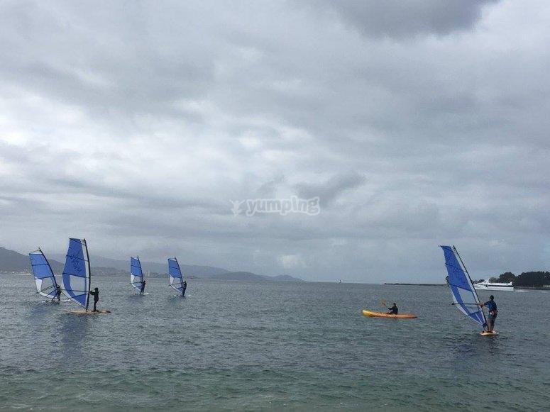 沿着皮划艇享受加利西亚海岸