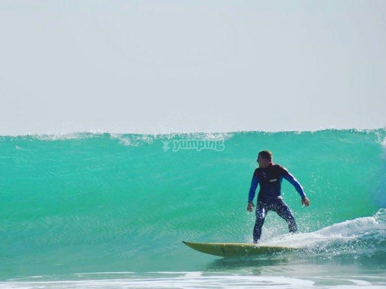 Cogiendo olas en la Playa de Los Balnearios