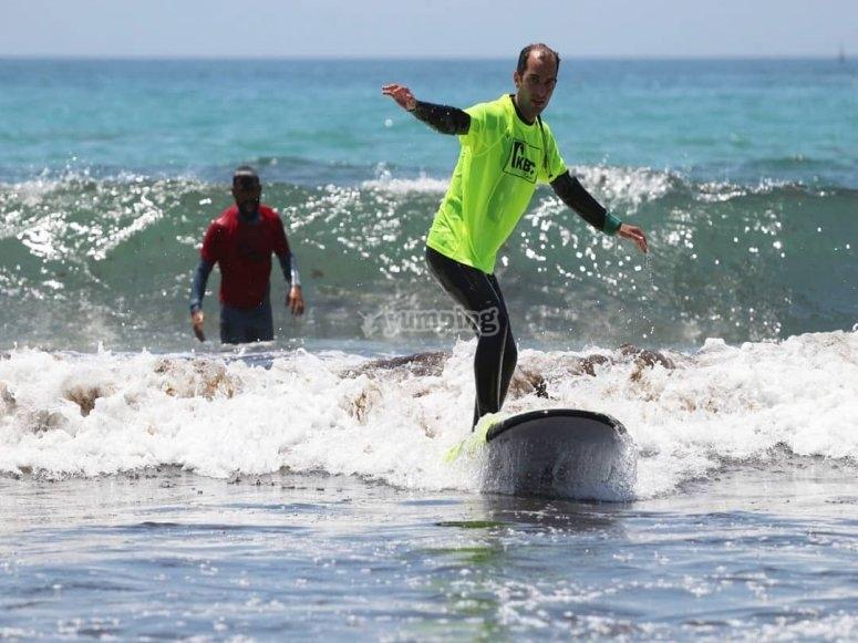 Manteniendo el equilibro sobre la tabla en Cádiz