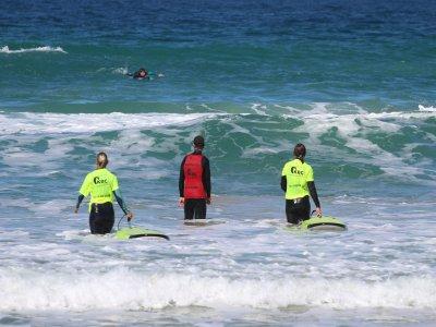 Curso grupal surf de 2 horas en Playa Los Lances