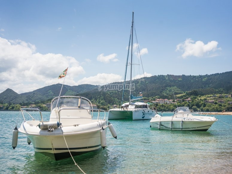 Encuentro de embarcaciones en la costa vasca