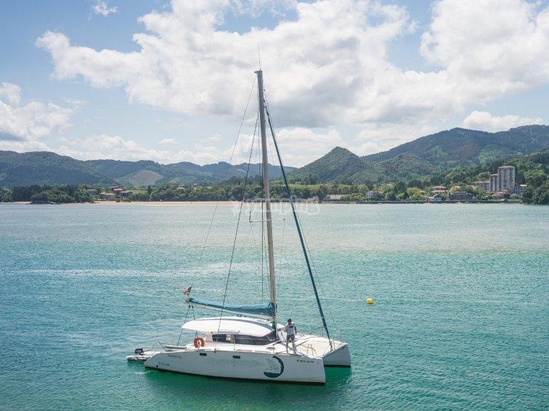 Ruta en barco por aguas vascas