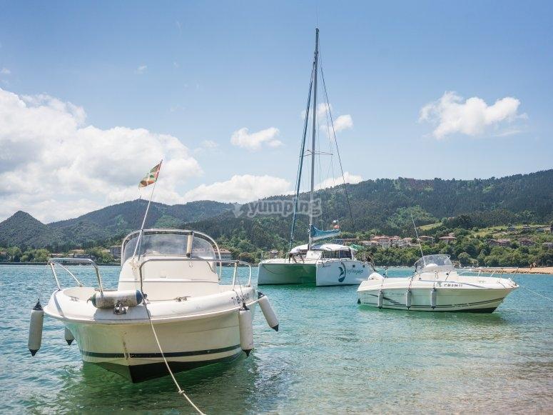 Barcos anclando en aguas vascas