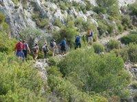 Excursionistas entre los matorrales