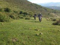 Con la moto en el campo
