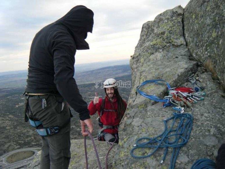 Alcanzando la cima en las rocas madrileñas