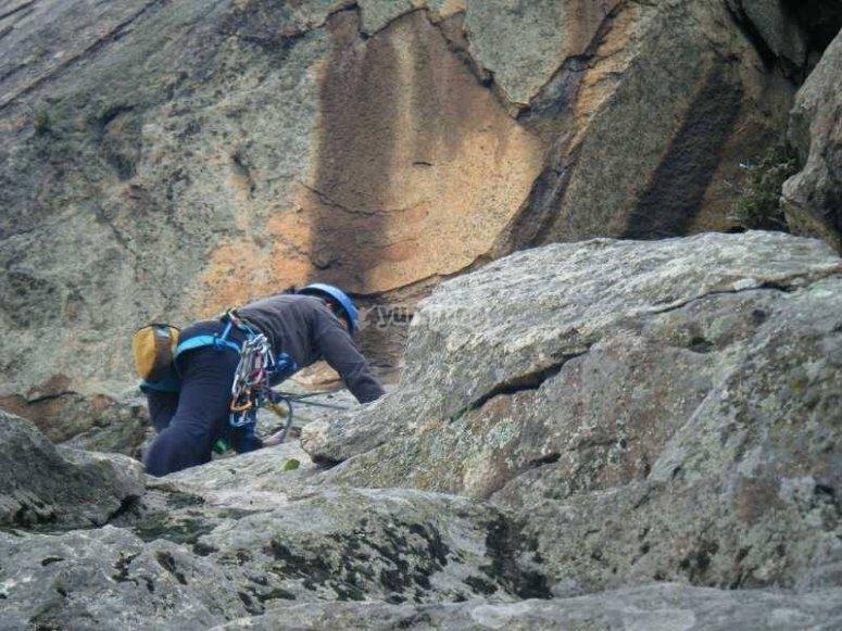 Experto escalador en la Sierra de Madrid
