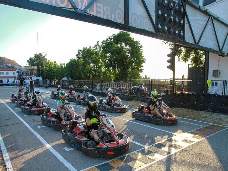 En la línea de salida de competición de karts en Madrid