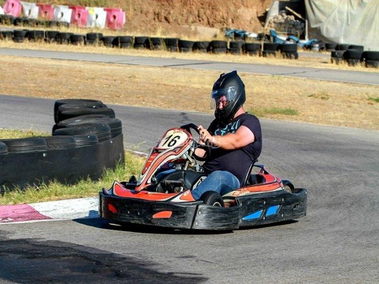 Tomando la curva en circuito de karts en Torrejón de Ardoz