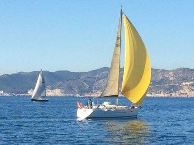 Gita in barca a vela lungo la costa di Garraf 4 ore