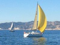 Velero navegando por la costa catalana