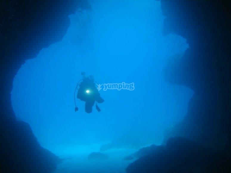 在海洋探险中的洞穴