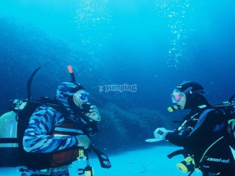 潜水员和潜水员在巴利阿里群岛