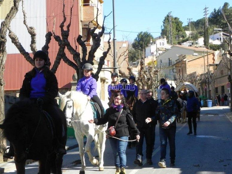 儿童团体学习骑马