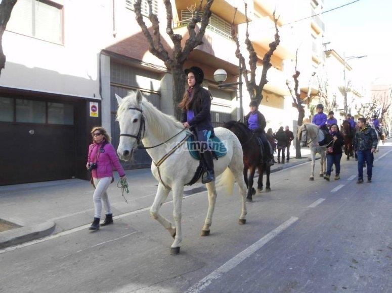 在圣费柳·德洛伯雷加特的街道上骑马