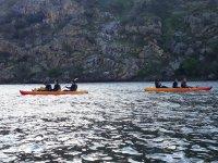 Amigos remando en las canoas