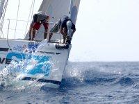 航行在马洛卡帆船赛准备弓