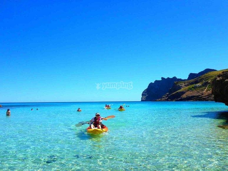 在马略卡岛的清澈水域中练习皮划艇