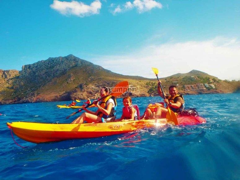 Disfrutando en familia de una jornada de kayak en Mallorca